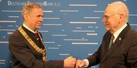 Foto: DSB / Glückwunsch, Herr Präsident. Wahlleiter Klaus Seeger gratuliert Hans-Heinrich von Schönfels zur Wiederwahl.