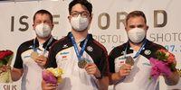 Foto: DSB / So sehen Sieger aus: Christian Reitz, Florian Peter und Oliver Geis gewannen Gold im Teamwettbewerb mit der Schnellfeuerpistole.